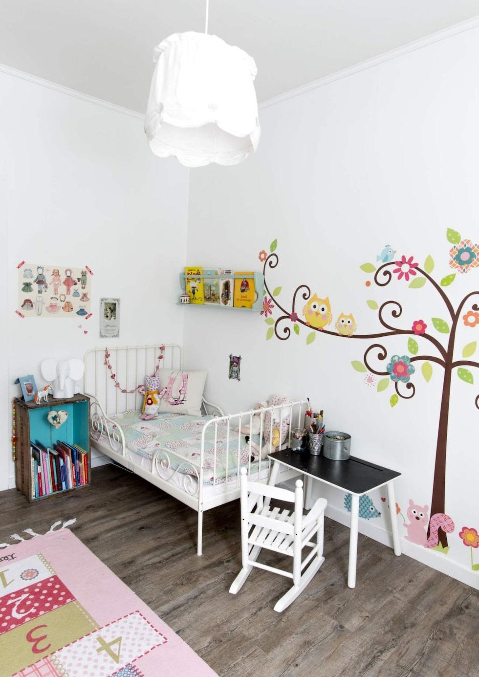 Fina väggar med stickers.Säng från Ikea, bord från Bohus och gungstol från Kremmerhuset. Matta från Ellos och taklampa från Ikea.