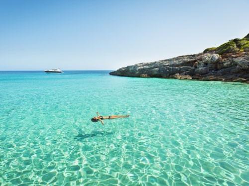 Utmed kusterna på Menorca lockar stränder och vikar.