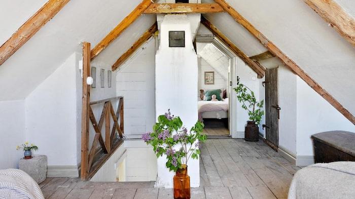 Allrum, som även fungerar som sovrum, på övervåningen.