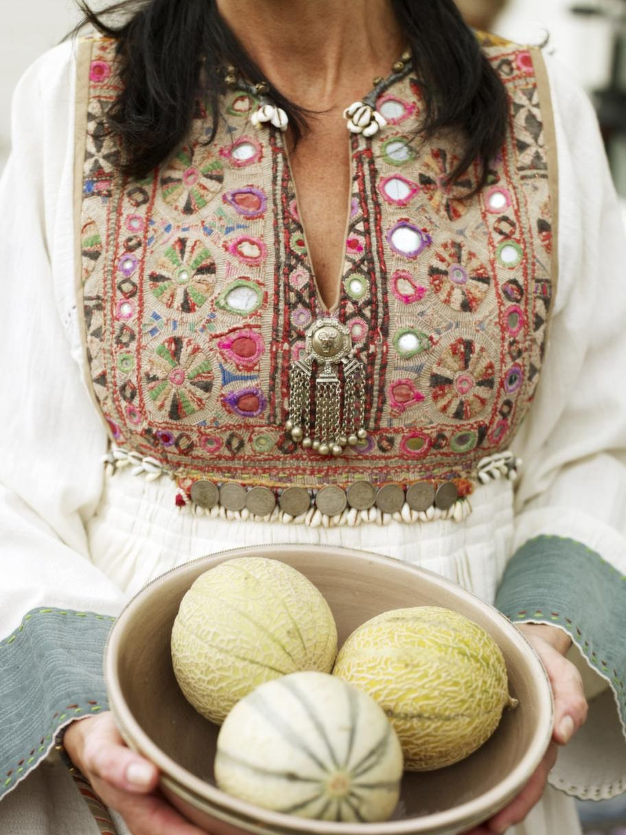 Söt klänningKochi klänning, nomadklänning från Afghanistan. Gjord av handvävd bomull med en semiantik front, design Ulrika Svalling, 6 450 kronor, Raja. Marockansk skål med silverkant, 349 kronor, Medinan.