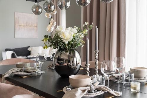 Bordet är dukat med porslin från Mateus, skålar från Dollarstore, glas från Cervera, vas från By on och ljusstakar från Sleepo.