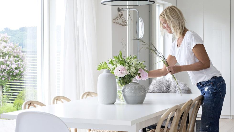 Matplatsen har placerats mitt i rummet vilket ger plats för många kring bordet när hela familjen är samlad. Stolarna är Blocket-fynd, bordet kommer från Ikea, taklampan från Ellos.