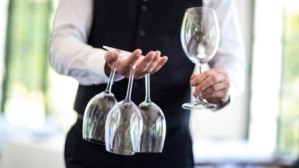 Vid en middagsbjudning serveras alla drycker inklusive vin från höger
