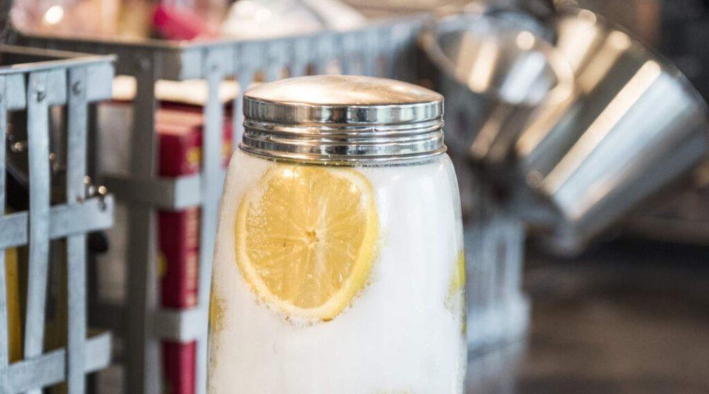 Ett sommartips från Paolo: Fyll en glasburk med halverade citroner och salt. Låt stå i några dygn. Citronerna är goda att lägga på grillen.