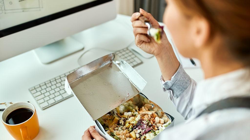Det kan vara utmanande att hålla sina matrutiner när jobbet inte tillåter.