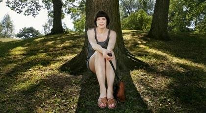 """""""Snyggare att vara blek"""". Linda Alexandersson, 33, i Stockholm sitter helst i skuggan."""