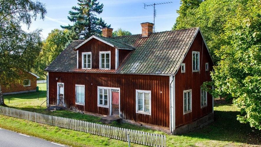 Det här gamla huset var skola från början, troligen i slutet av 1800-talet till 1920-talet då det flyttade till Virserum utanför Hultsfred. Nu är huset till salu, för inte ens 50 000 kronor.