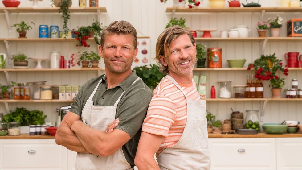 """De gamla landslagskollegerna Marcus Allbäck och Jesper Blomqvist har bytt fotbollströjorna mot förkläden. Nu tävlar de tillsammans i """"Hela kändis-Sverige bakar 2021""""."""