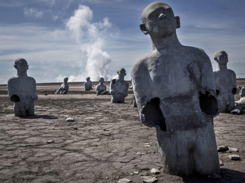 För att hedra offren har man placerat ut statyer där de förolyckades. Dessa sjunker nu sakta ner i leran.