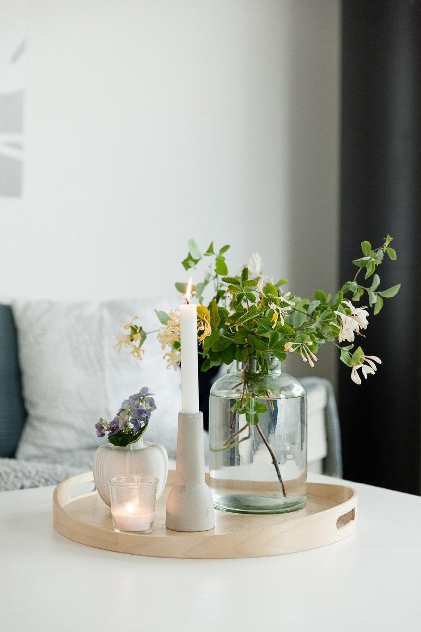 Marika älskar att omge sig med vackra blommor. Här ett vackert stilleben med doftkaprifol.