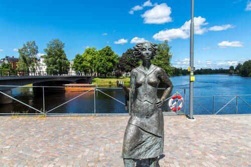 """""""Sola i Karlstad"""" en gladlynt ortsbo, står staty vid Klarälven mitt i staden."""