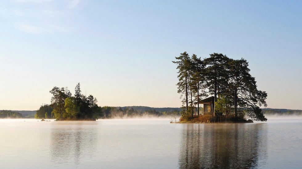 Bo helt ensam mitt ute i en sjö, bara en av de många mysiga boendeformerna som finns runtom i Småland.