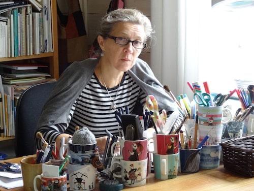 För 30 år sedan började illustratören och keramikern Tove Slotte skapa illustrationerna, och hon gör det än i dag.