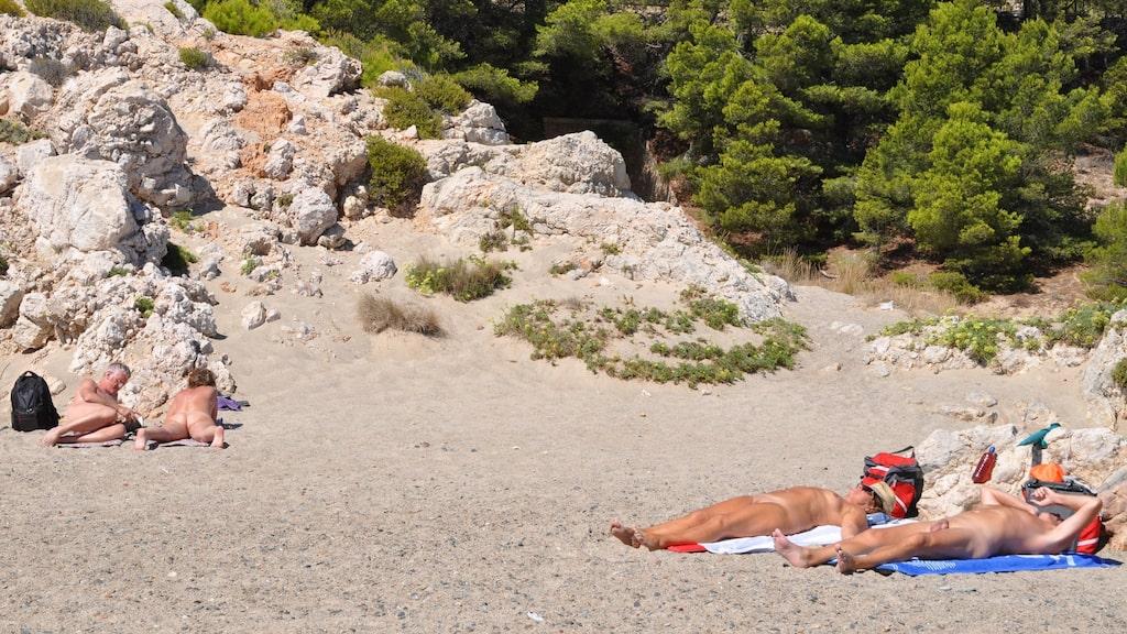Även kullarna runt El Torn är nudistområden. Nära stranden finns svala gångstigar.