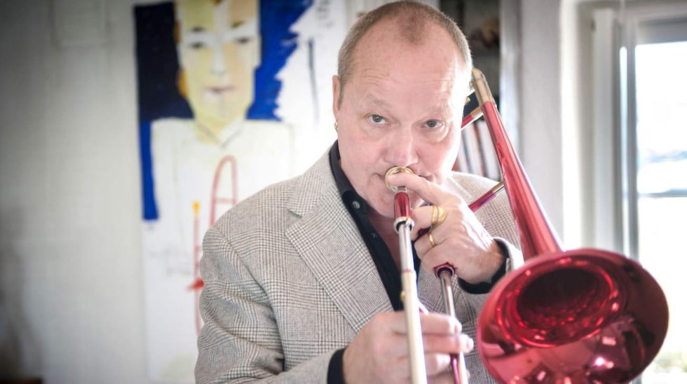 """Nisse Landgrens varumärke och favoritsak: Den knallröda trombonen. """"Livsviktig och en del av mig"""", säger han."""