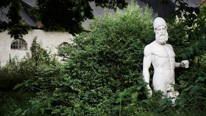 I den parkliknande trädgården på 5000 kvadratmeter står flera statyer.