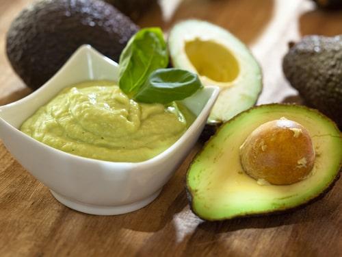 En avokado blir supersnabbt mjuk om du bakar den i ugnen eller mikrar den. Smaken ändras dock, så knepet passar bäst när du tänkt använda avokadon i en röra, som guacamole.