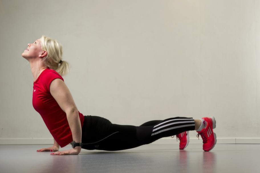 Set 3 Övning 2 DykarmhävningStå som ett V, med händerna och fötterna  i golvet och rumpan uppåt. Sänk ner axlarna. Dyk ner med huvudet framåt  och för kroppen framåt längs golvet utan att nudda det. I slutet av  rörelsen tittar du uppåt och står nästan som i yogaställningen kobran.  Gå sedan samma väg tillbaka till V:et. Repetera 10 gånger.Lättare variant: Stå på knä i stället för på fötterna.