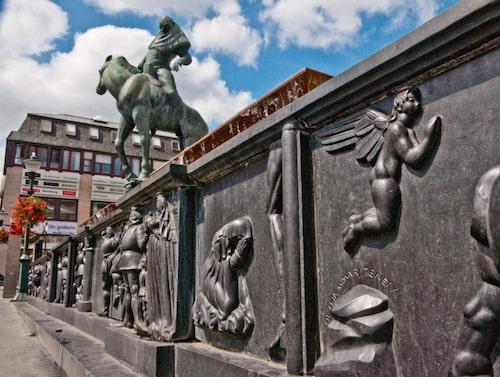 Statyn Folke Filbyter står mitt på Stora Torget i Linköping