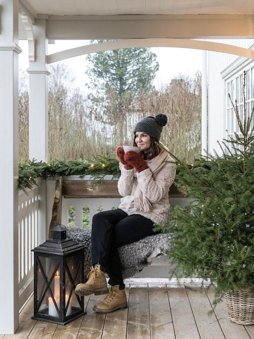 Ida tar en paus i julförberedelserna med varm choklad på farstubron.