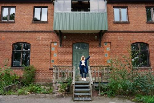 Elin på trappan framför huset.