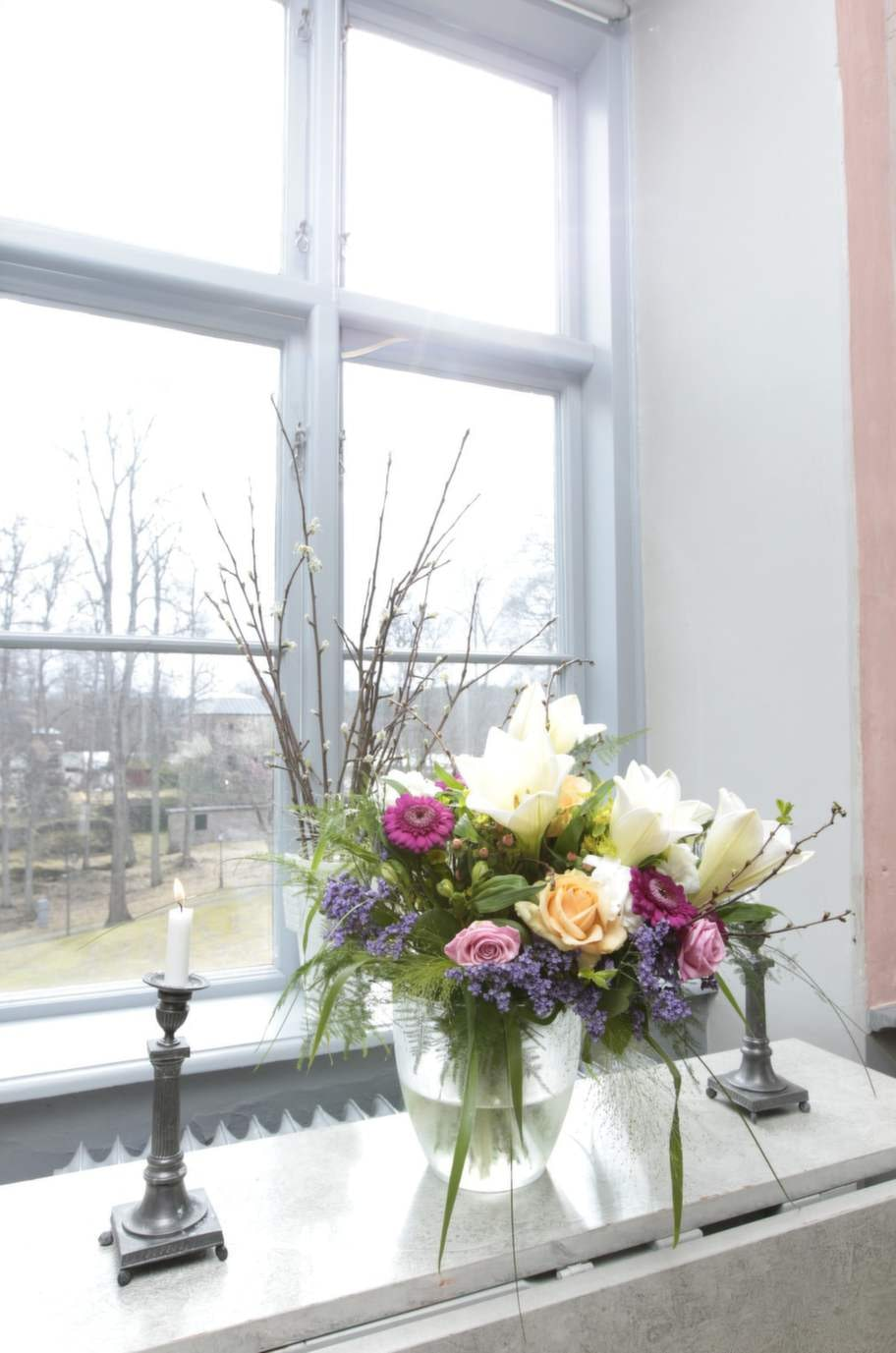 Romantiskt. Årstidens snittblommor och levande ljus är en självklar poesi i Carl Jans hem.