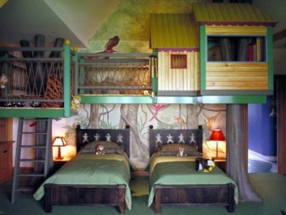 Trädkoja i sovrummet – rena drömmen för en liten knodd. Hoppas snickaren fäste den ordentligt i väggen bara.