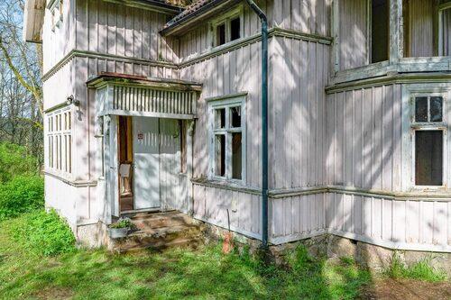 Huset uppfördes kring år 1915 och blev senast renoverat på 80-talet.