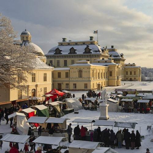 Idylliskt och vackert är det på Drottningholms slotts julmarknad.