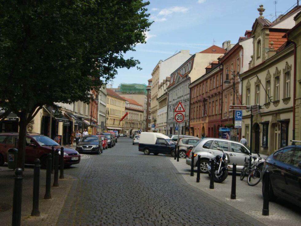 Dlouhá (Långgatan) är en av få gator som faktiskt lever dygnet runt och det är osannolikt hur mycket som verkligen får plats på den här lilla gatstumpen.