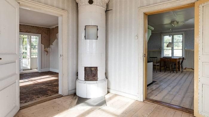 Huset har tre rum och vackra gamla kakelugnar.