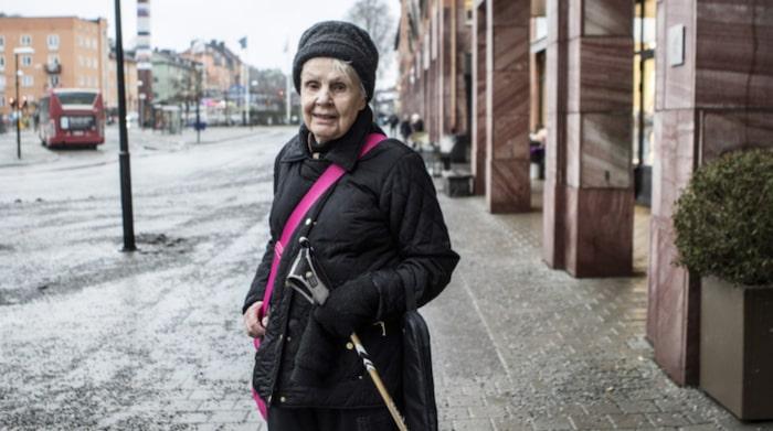 """Birgitta Rastborg, 85, pensionär, Hässelby.""""Nej, det är jag inte. Jag har inte behövt att tänka på det och läser på bipacksedeln. Har inte råkat ut för några biverkningar heller av de läkemedel jag tar just nu""""."""