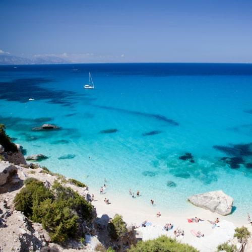 Sardinien lockar med kilometerlånga vita sandstränder.