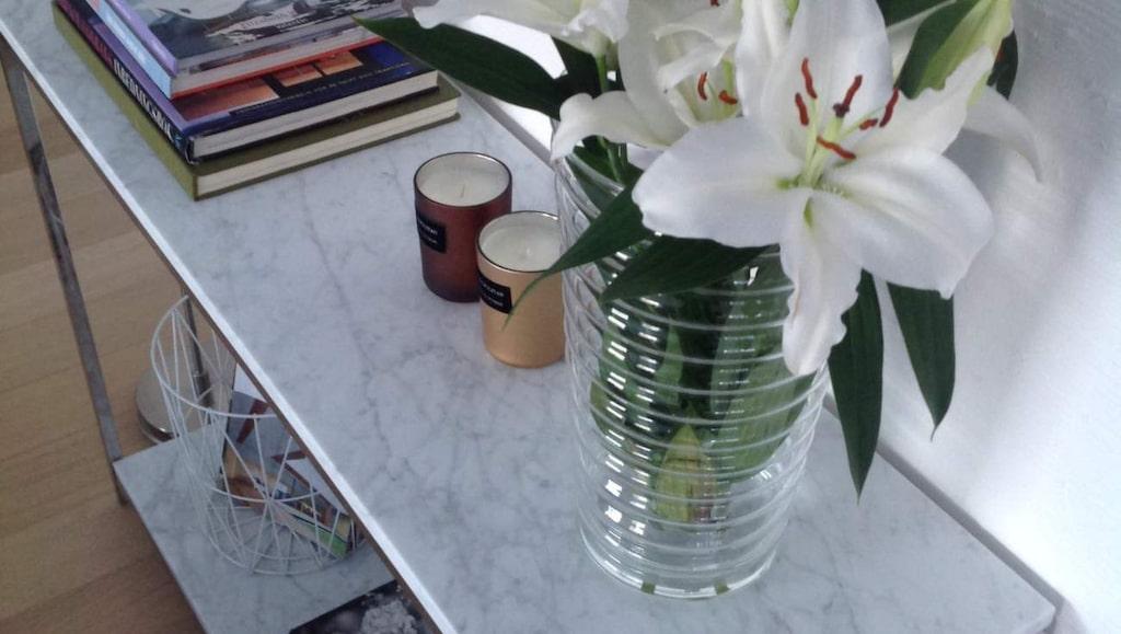 För att sköta om din marmorsten på bästa sätt finns det lite att tänka på. Här ett sidobord med vit marmor från Inredningssten.se.