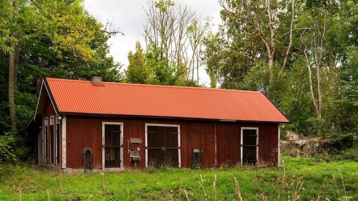 På tomten finns också ett uthus med snickarbod, vedbod, förråd och tre utedass.