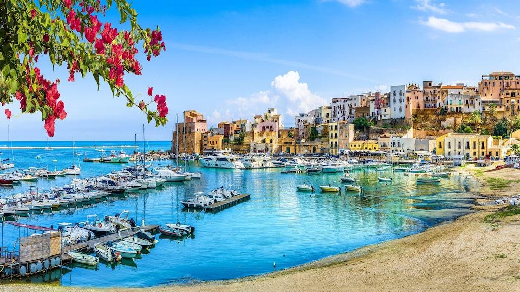 Marsala är en hamnstad i provinsen Trapani på Sicilien. Därifrån kommer det berömda starkvinet.