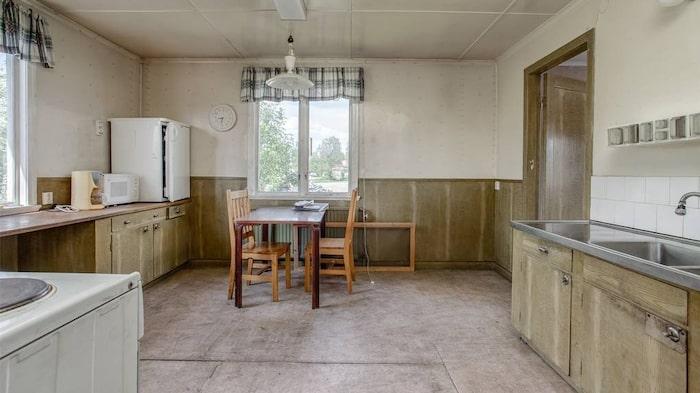 I köket finns rinnande vatten, elspis och kylskåp, men det behöver en uppfräschning och modernisering.