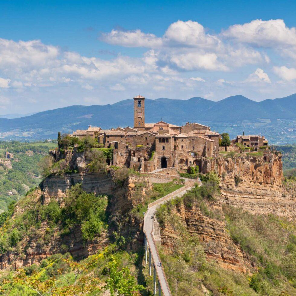Spökstaden Civita di Bagnoregio ligger på en klippa 6 mil från Rom.