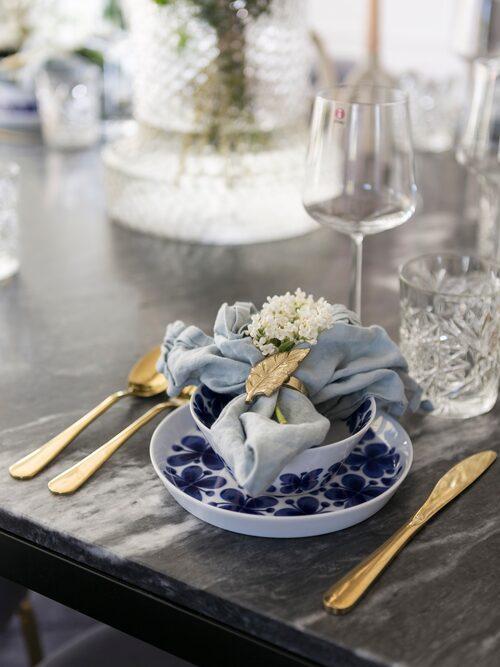 Bestick, Clas Ohlson. Servett och servettring, H & M Home. Porslin Mon Amie, Rörstrand.