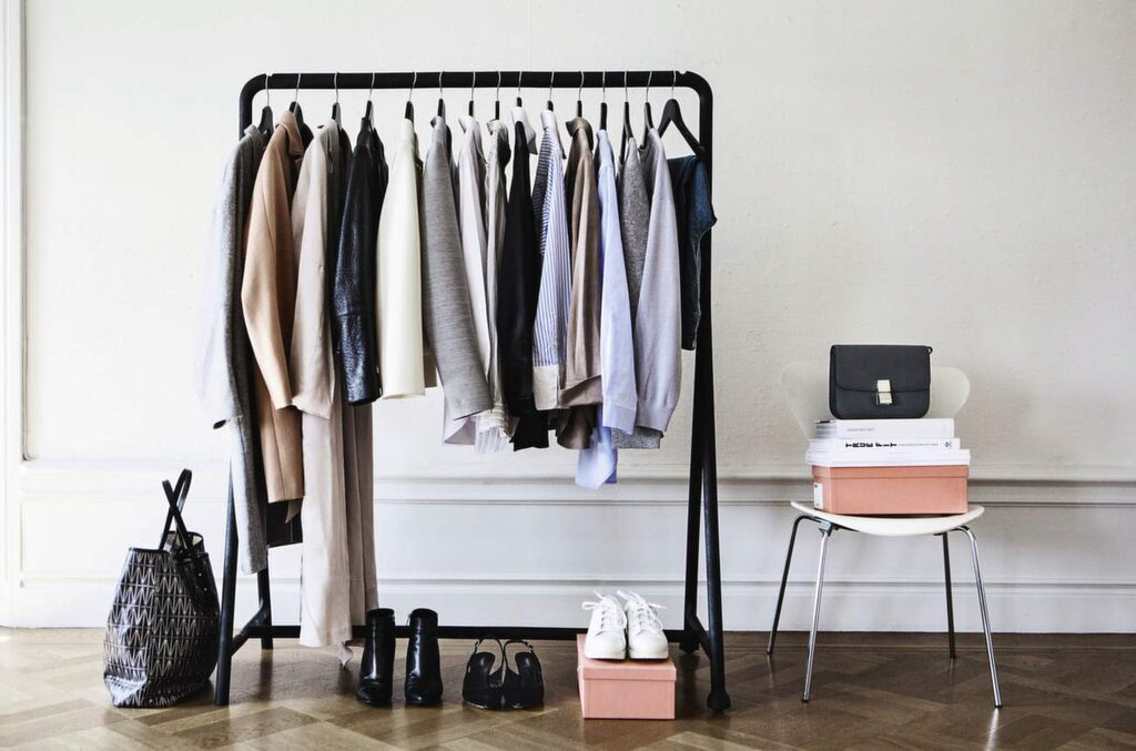 """<p>BASGARDEROB. Emilia de Poret och Ebba Kleberg von Sydow förespråkar i sin nya bok """"Säker stil"""" en väl underbyggd garderob. """"Den behöver inte vara stor, det viktiga är att plaggen kan kombineras. Planera innan du shoppar, undvik impulsköp, säger de.</p>"""