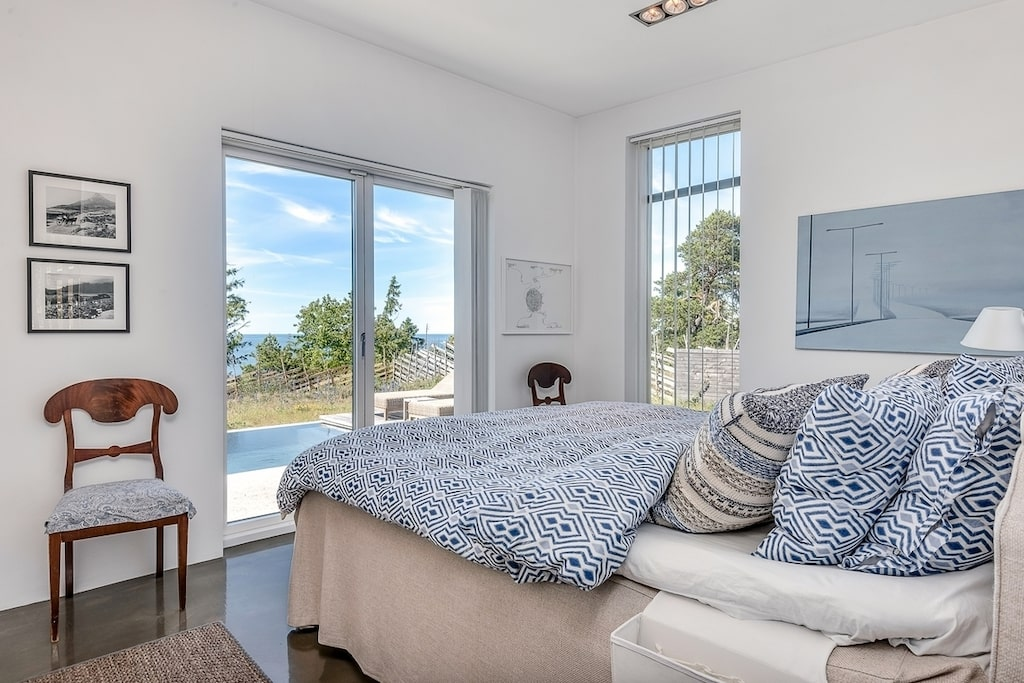 I master bedroom vaknar man upp med utsikten mot havet.