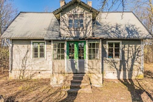 Huset ligger två mil söder om Visby och är byggt 1893.