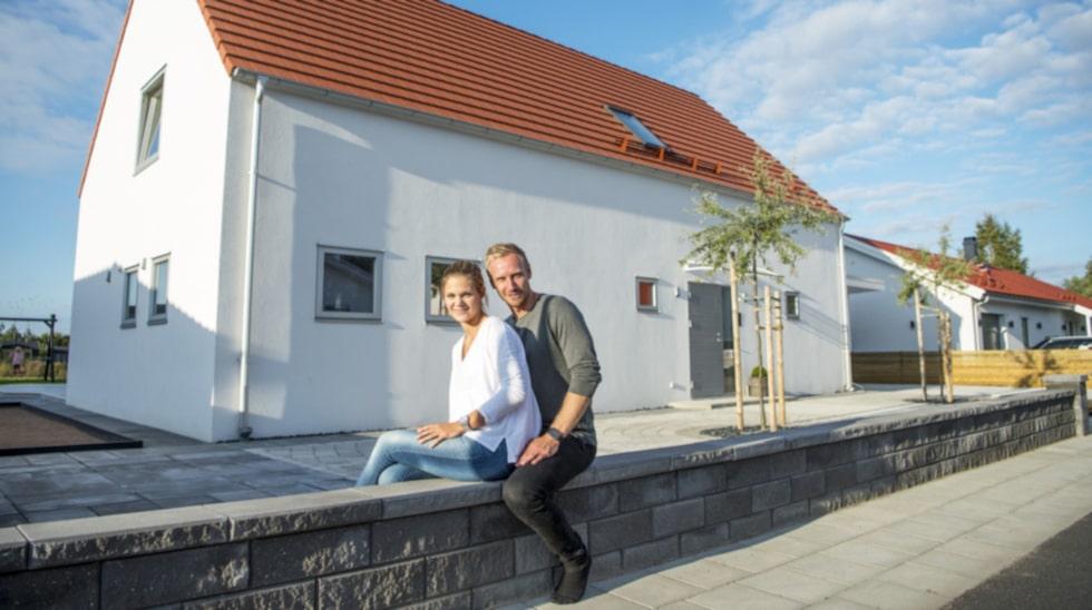 Jonas och Patricia stortrivs i sitt energisnåla hus i Landskrona. Trots att de bor på nästan tvåhundra kvadratmeter med uppvärmd pool i trädgården har de lägre energikostnader än de flesta.