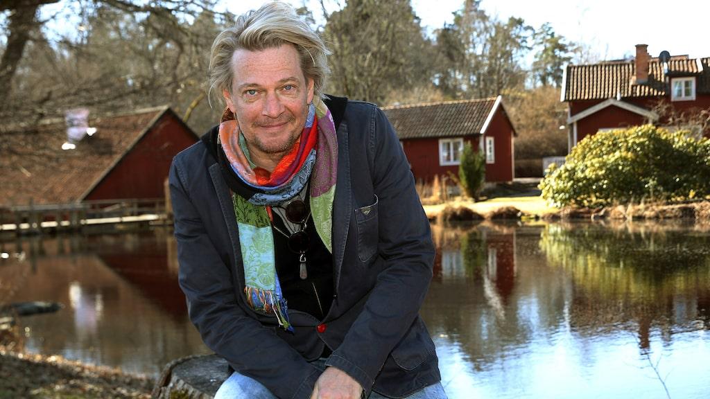 Tommy Nilsson bor tillsammans med kärleken Linda i ett hus i Roslagskulla norr om Stockholm.