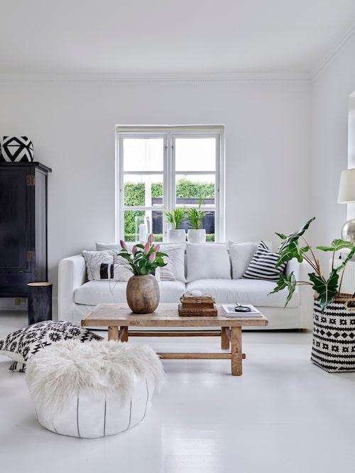 Vardagsrumsdelen går i bohostil, med ljus bas där svart och inslag av naturmaterial utgör konstraster. Hela husets nedervåning badar i ljus som strömmar in genom vackra fönster. Trädgården utanför blir en del av inredningen.