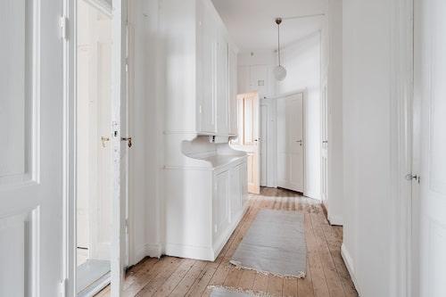 Våningen är nu ute till försäljning med ett utgångspris på 16,5 miljoner kronor.