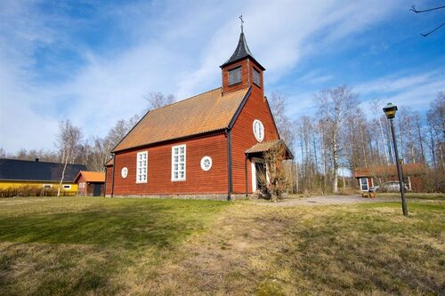 Det här kapellet ligger utanför Töreboda och är till salu för 1,8 miljoner kronor.