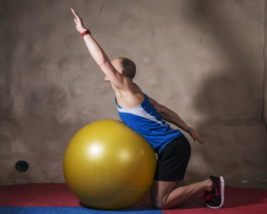 <strong>För längdskidor och utförsåkning 7 Ryggresning på pilatesboll</strong><br><strong>Du tränar: Ryggmusklerna.</strong><br><strong>Gör så här:</strong> Luta dig över en pilatesboll: kontaktytan ska vara ungefär vid de understa revbenen. Sträck upp överkroppen, pendla fram med en arm och bak med den andra. Sjunk ihop över bollen. När du sträcker dig upp på nytt alternerar du armarna, så att du pendlar fram med den arm som pendlade bak tidigare.<br><strong>Tänk på:</strong> Gör stora rörelser och översträck inte nacken om det känns obehagligt.
