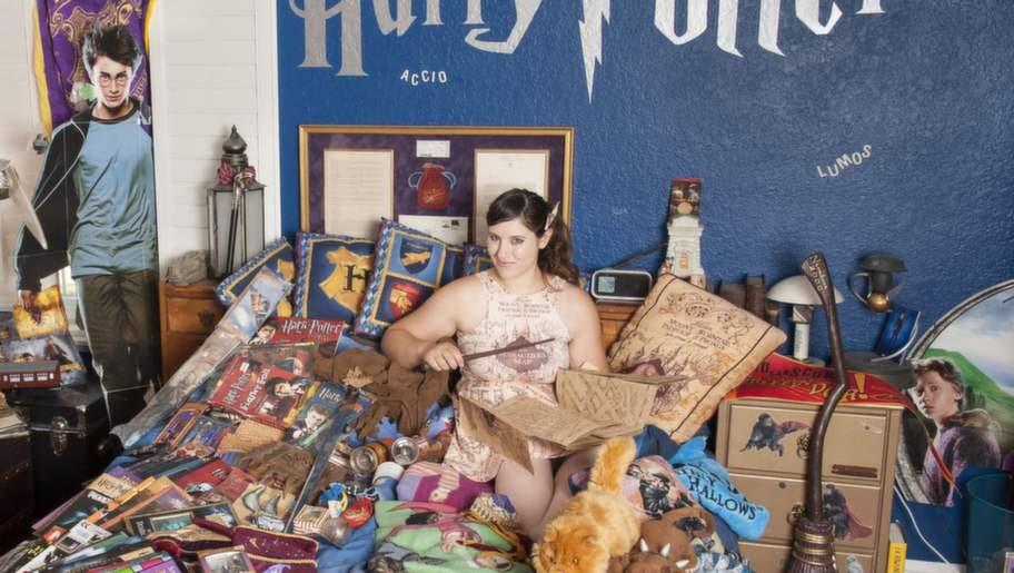 Katie Aiani, 26, har dedikerat 16 år av sitt liv åt fantasyserien Harry Potter. Här är delar av hennes gigantiska samling.