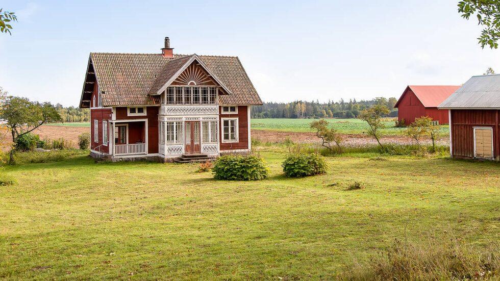 Det söta huset i Lekhyttan utanför Örebro är till salu för 775 000 kronor.